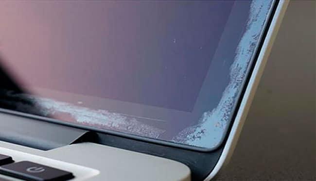 Manchas en las esquinas de las pantallas de los MacBook