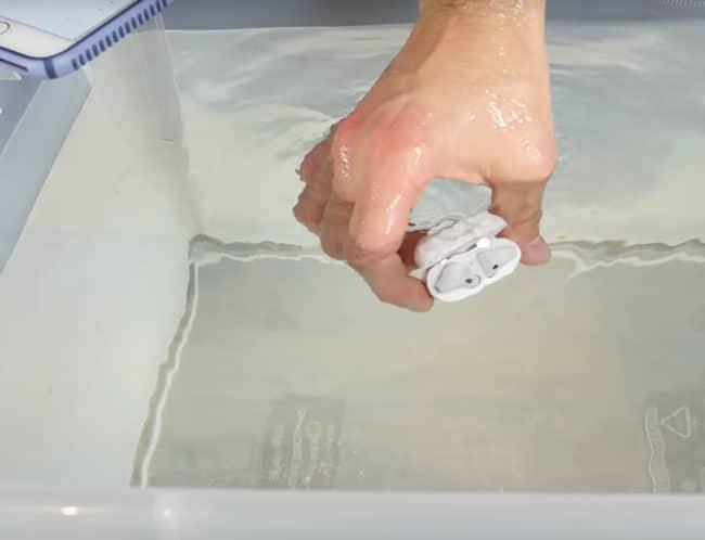Test de resistencia de los airpods son resistentes al agua - Pegamento para plastico resistente al agua ...