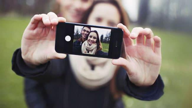 Sujetar el iPhone con las dos manos