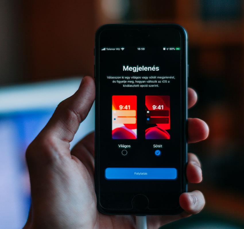 iPhone con pantalla OLED y modo oscuro activado